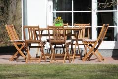 Entspannen im großen Garten: Holzmöbel auf unserer Terrasse.