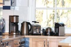 Moderne Küchengeräte inkl. Nespressomaschine.