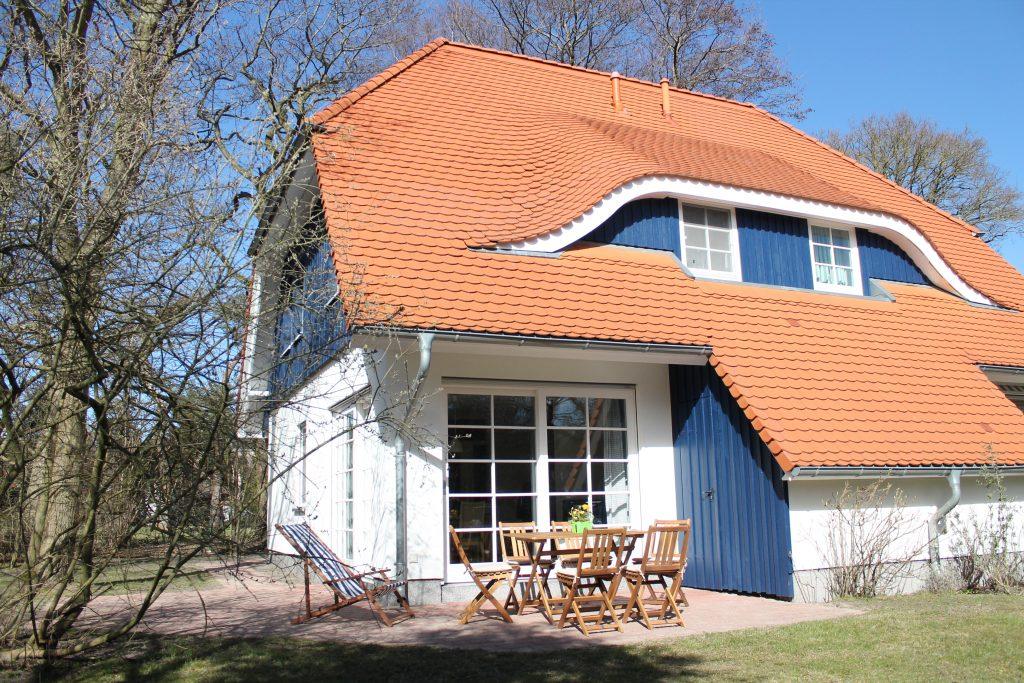 Das Ferienhaus Prerow ist mit drei Schlafzimmern mit Boxspringbetten, zwei Bädern, modernem Komfort und schönem Garten ideal für bis zu sechs Personen.